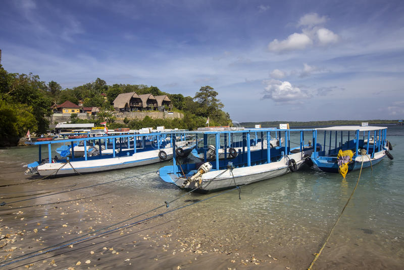 Allgemeine Boote oben gebunden am Strand, Nusa Penida, Indonesien lizenzfreie stockfotos
