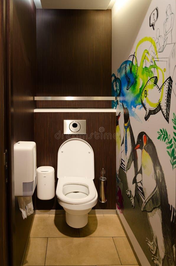 Allgemeine freie Toilette im Bikini-Berlin-Einkaufszentrum, Berlin, Deutschland lizenzfreie stockfotografie