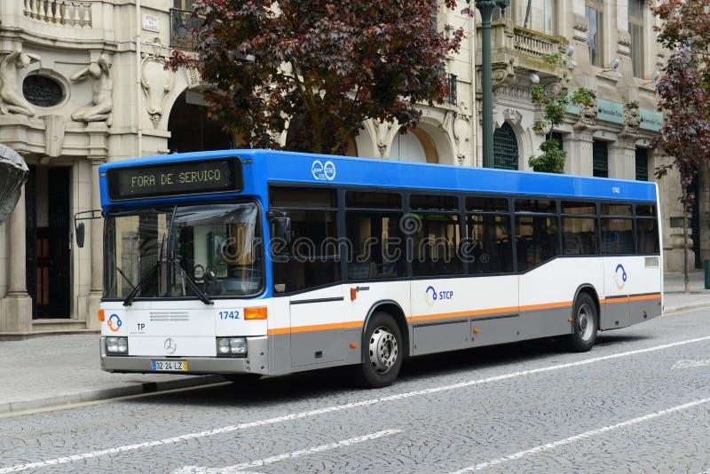 Allgemeiner Bus Porto STCP auf der Straße, Portugal lizenzfreies stockbild