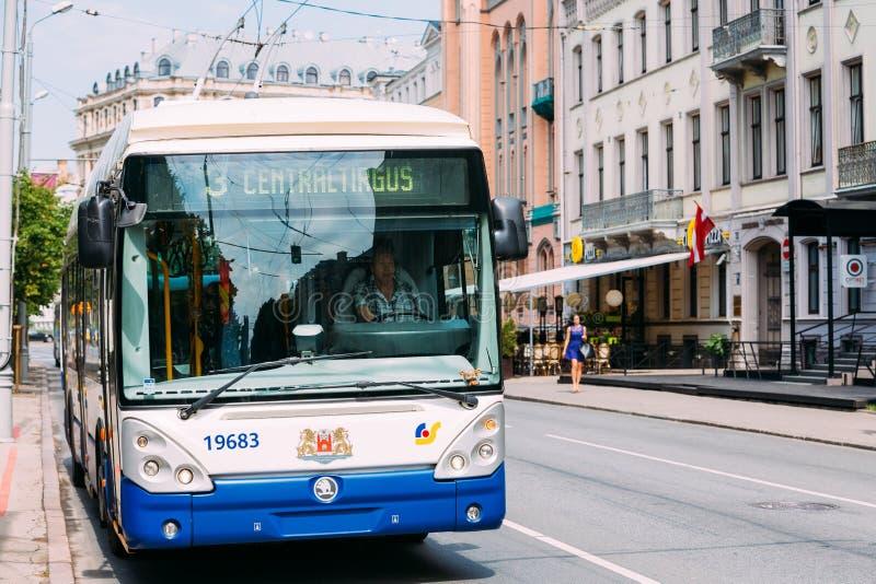 Allgemeiner Oberleitungsbus herein gefahren durch einen weiblichen Fahrer auf Sommerstraße lizenzfreie stockfotos