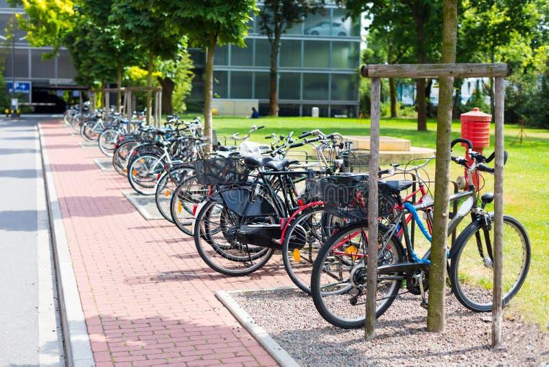 Allgemeiner Park mit Fahrradparken in Dusseldorf, Deutschland lizenzfreie stockfotos