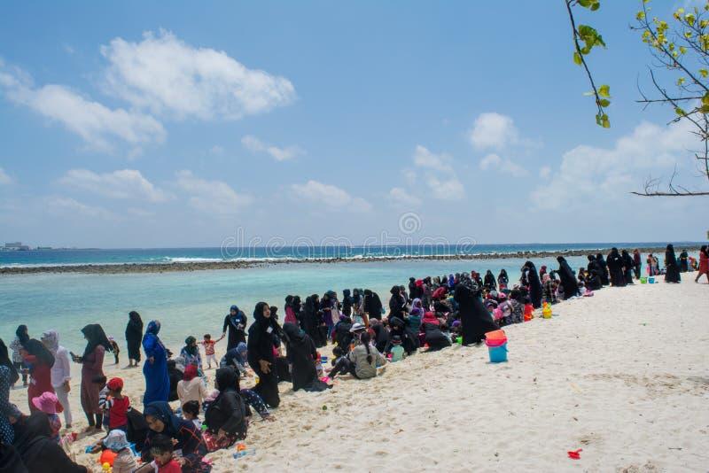 Allgemeiner Strand voll von islamischen Leuten in der Villingili-Insel lizenzfreie stockfotos