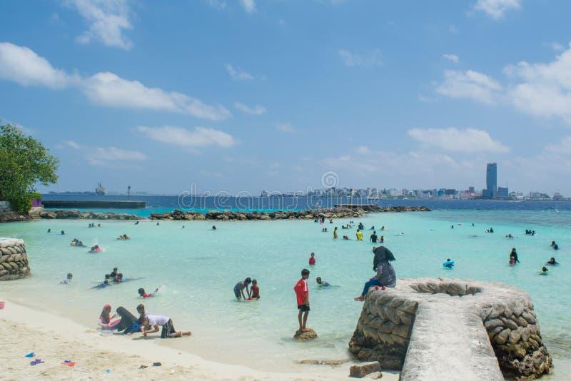 Allgemeiner tropischer Strand drängte sich durch Moslems während des Feiertags stockbild