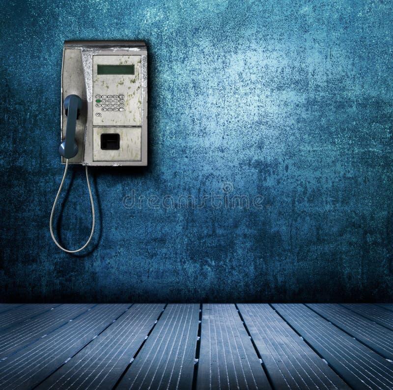 Allgemeines Telefon auf blauem Hintergrund lizenzfreie stockfotografie