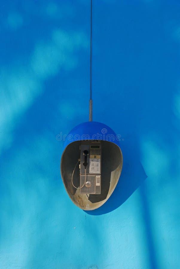 Allgemeines Telefon auf blauem Wand-Hintergrund stockfotos