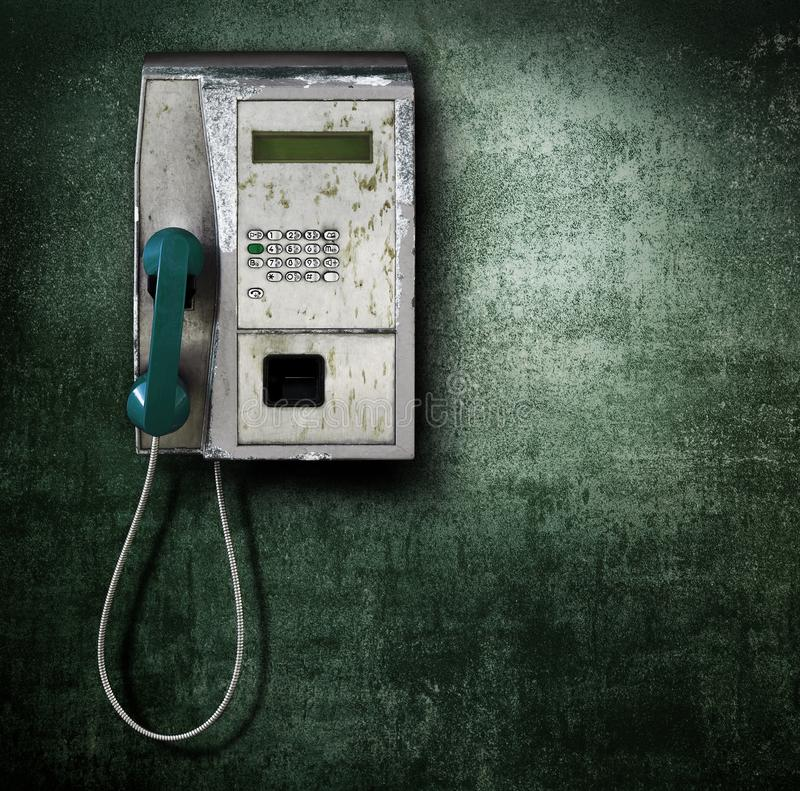 Allgemeines Telefon auf grünem Hintergrund lizenzfreies stockbild