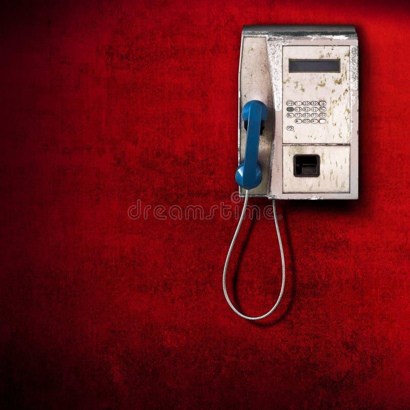 Allgemeines Telefon auf rotem Hintergrund lizenzfreie stockfotos