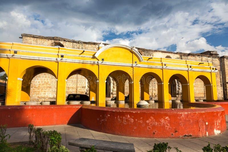 Allgemeines Wäscherei-Brunnen-Gelb wölbt spanische Kolonialstil-Architektur-alte Stadt Antigua Guatemala stockbild
