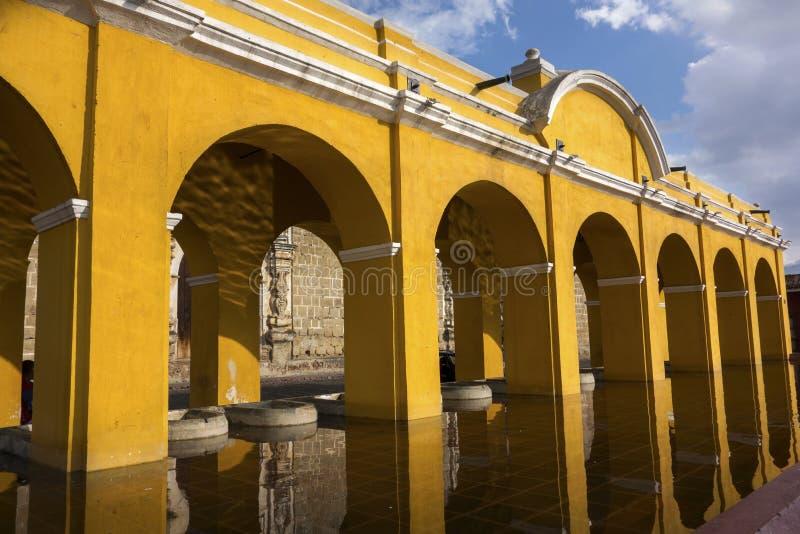 Allgemeines W?scherei-Brunnen-Gelb w?lbt spanische Kolonialstil-Architektur-alte Stadt Antigua Guatemala lizenzfreies stockfoto