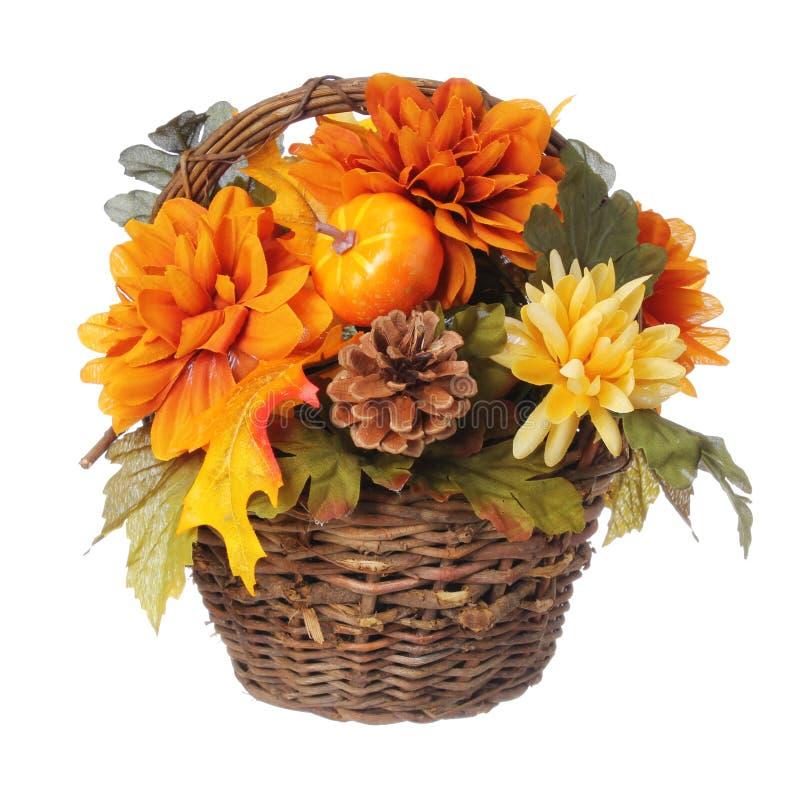 Allhelgonaafton- eller tacksägelsebuketten med pumpa och höst blommar i korgen som isoleras arkivfoto