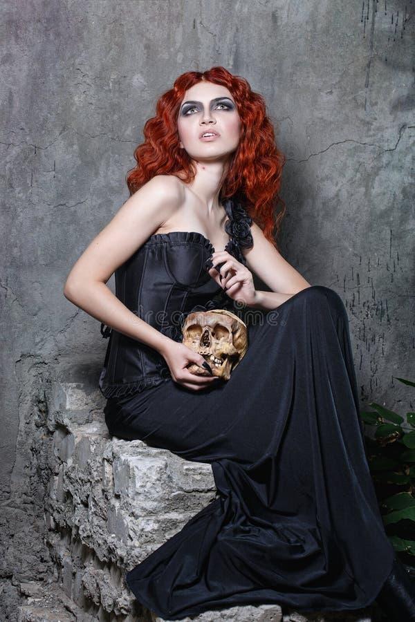 Allhelgonaafton häxa, vampyr, skalle arkivfoto