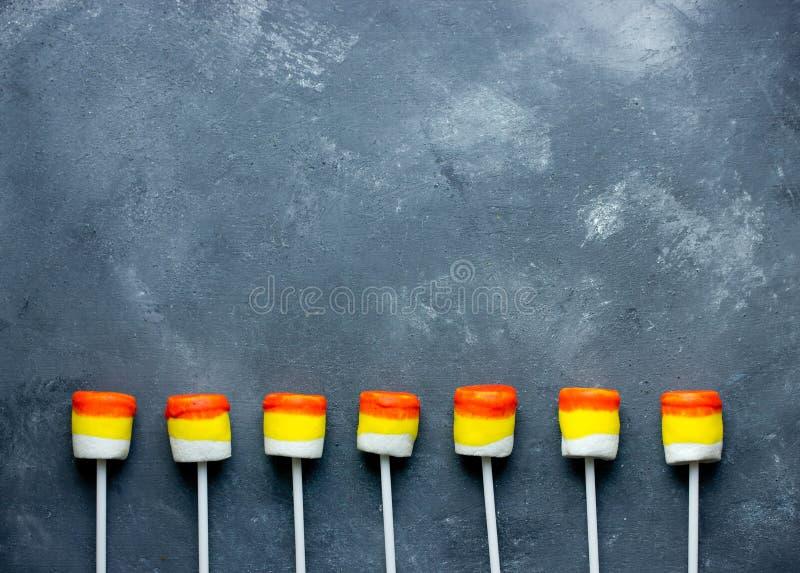 Allhelgonaaftonbakgrund - pop för marshmallow för godishavre gränsar royaltyfri bild