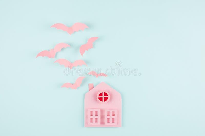 Allhelgonaaftonbakgrund - rosa färger inhyser och flockas klipska slagträn som klippt tecknad film på pastellfärgad bakgrund för  royaltyfri bild