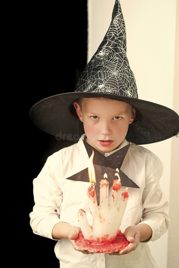 Allhelgonaaftonbarn i häxahatt med den blodiga stearinljuset royaltyfria foton