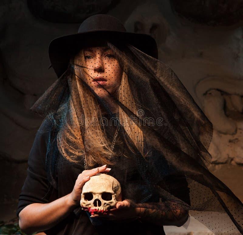 Allhelgonaaftonbegrepp med den unga kvinnan fotografering för bildbyråer