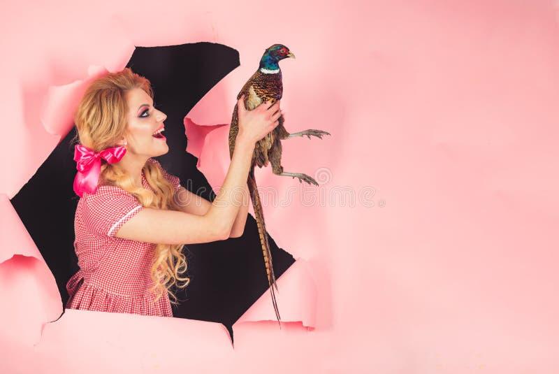 Allhelgonaaftonferier och dockor Galen flicka på rosa färger halloween idérik idé Fågelinfluensa Rolig advertizing Tappningkvinna royaltyfria bilder