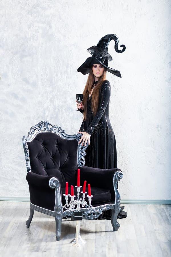 Allhelgonaaftonhäxa i svart klänning royaltyfri fotografi