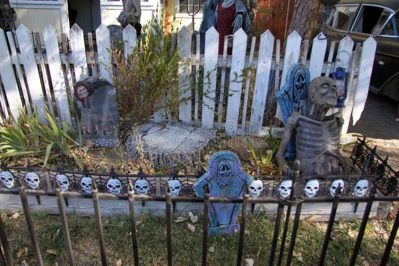 Allhelgonaaftonlevande dödkyrkogård royaltyfria foton