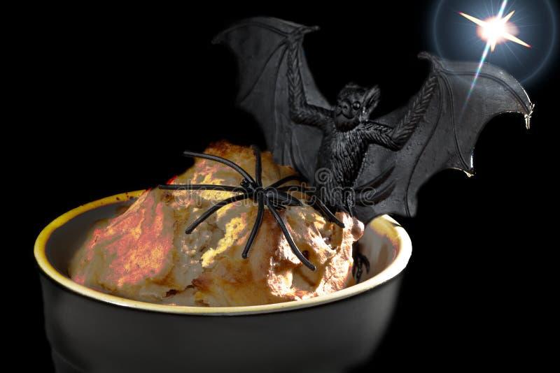 Allhelgonaaftonmat Spöklik glödande lavasvamp med rolig krimskramsspid royaltyfri fotografi