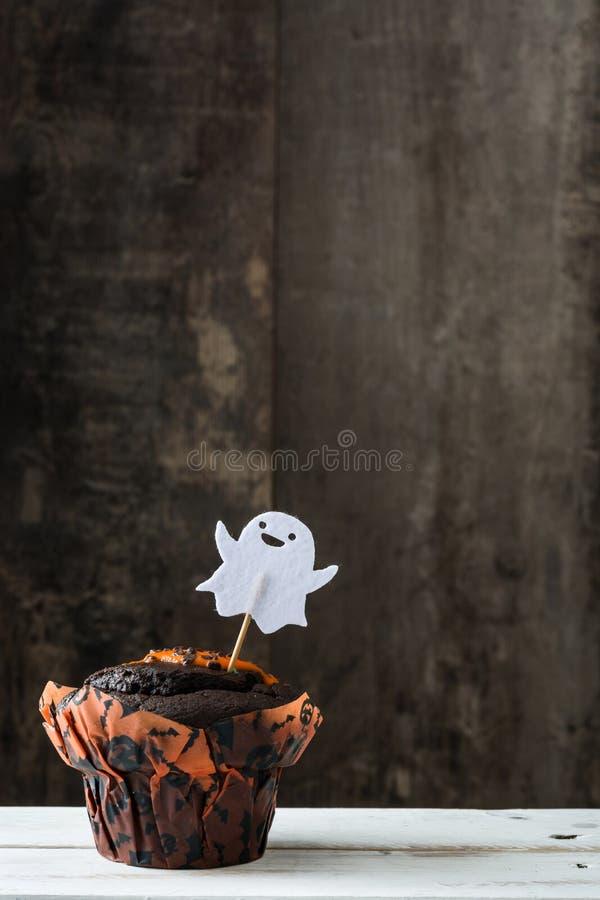 Allhelgonaaftonmuffin på lantlig träbakgrund royaltyfri bild