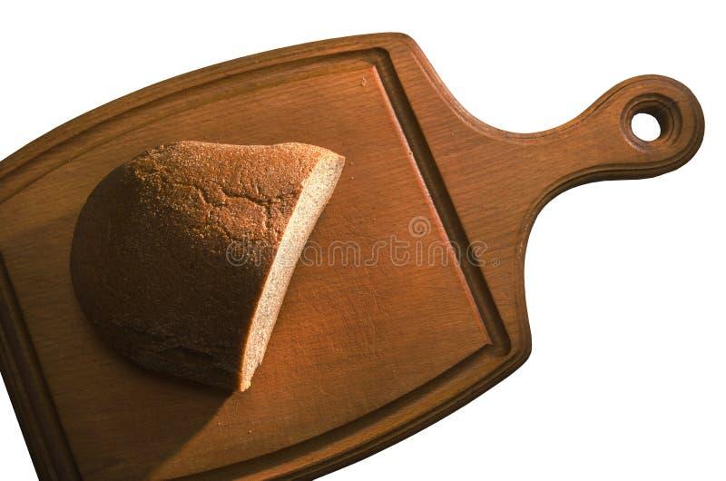 Allié de  de LaconiÑ, moitié d'un pain de pain de seigle sur un conseil en bois, d'isolement sur le fond blanc photo libre de droits