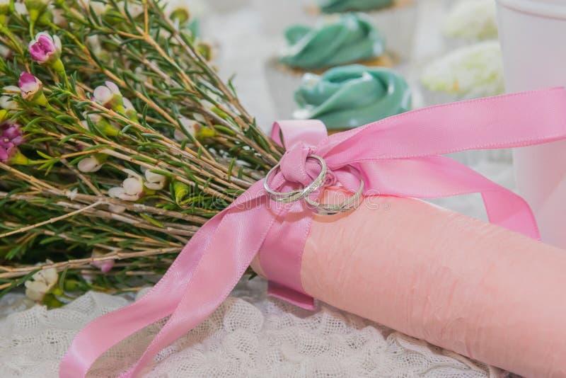 Alliance sur le bouquet floral de ruban rose photo libre de droits