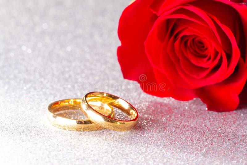 Alliances et Rose rouge sur un fond argenté de scintillement image libre de droits