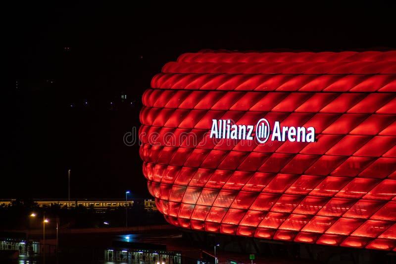 Allianz Arena för fotbollstadion - i engelsk alliansarena i munich av lagFCet Bayern Munich på natten i röda färger arkivbild