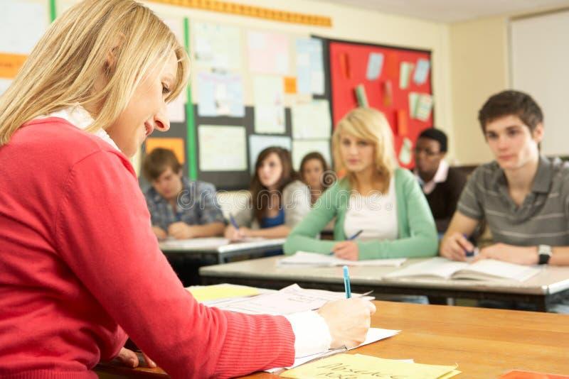 Allievi adolescenti che studiano nell'aula fotografia stock libera da diritti