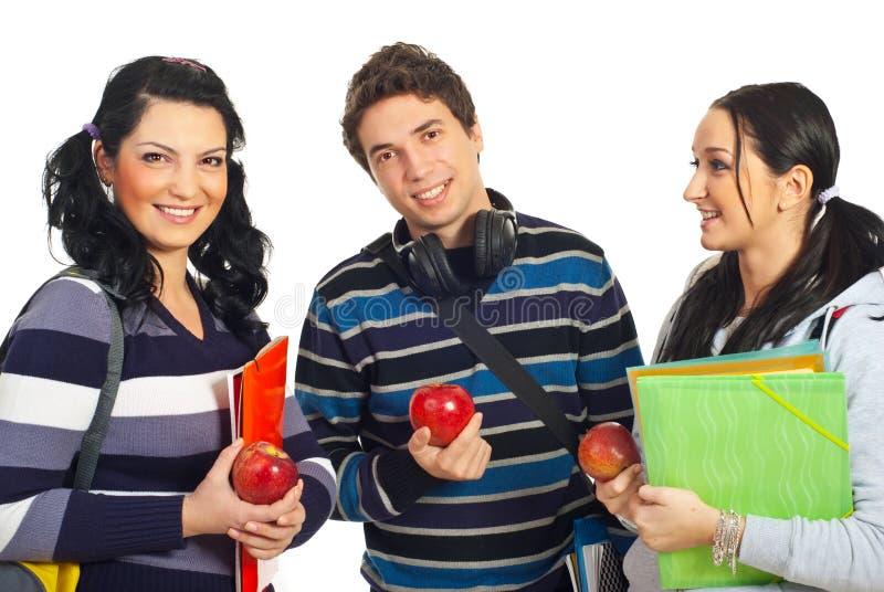 Allievi in buona salute che tengono le mele fotografia stock libera da diritti