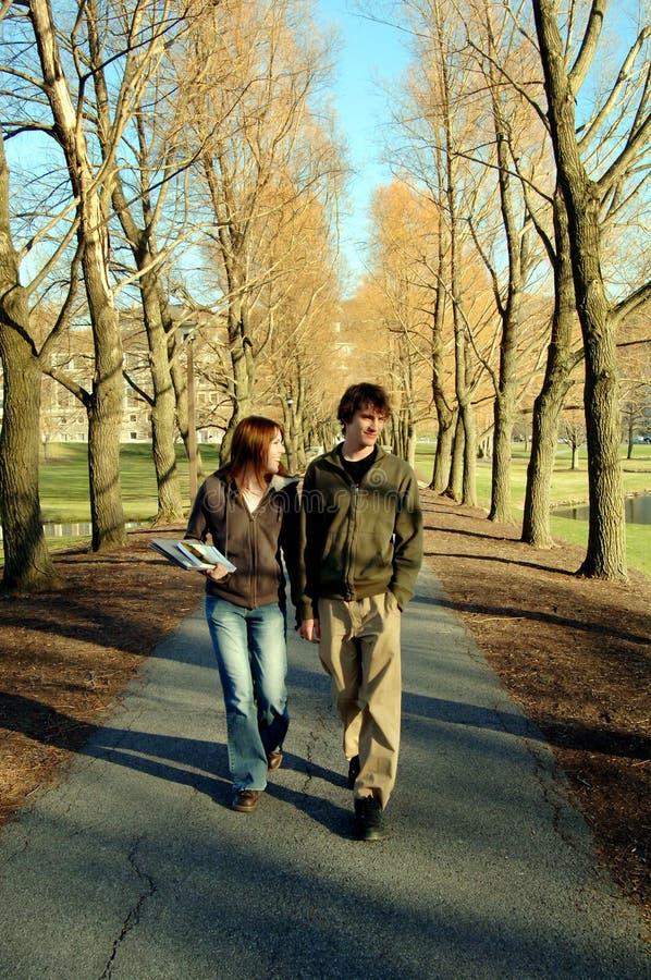 Allievi che camminano sulla città universitaria immagini stock libere da diritti
