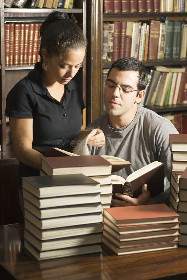 Allievi con i libri - verticale fotografia stock