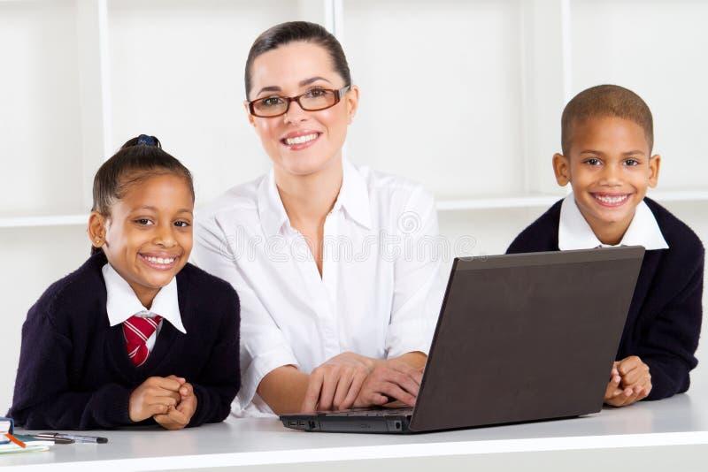 Allievi dell'insegnante elementare immagini stock