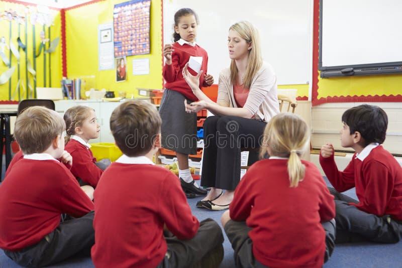 Allievi della scuola elementare di Teaching Maths To dell'insegnante fotografia stock libera da diritti