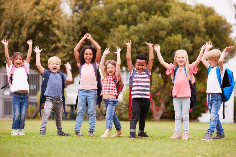 Allievi emozionanti della scuola elementare sul campo da gioco a tempo della rottura fotografie stock