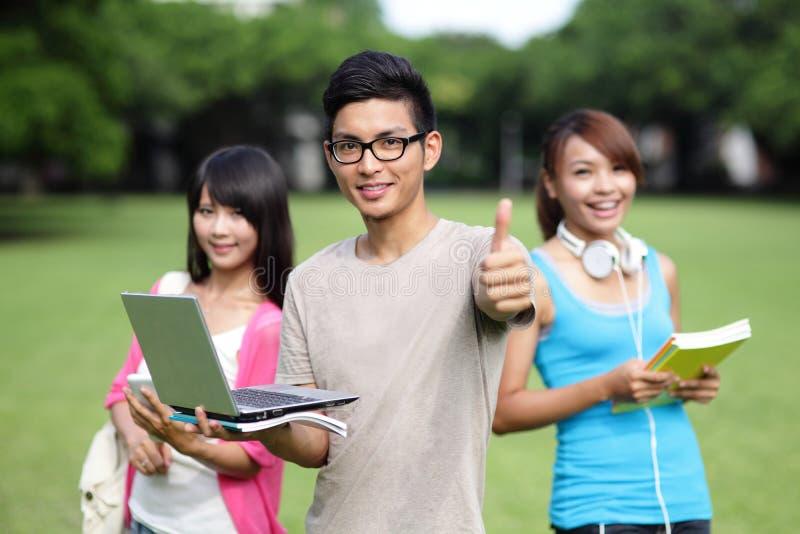 allievi felici dell'istituto universitario fotografia stock libera da diritti