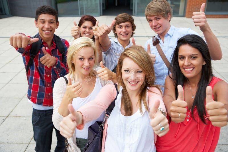 Allievi fuori dell'istituto universitario fotografia stock