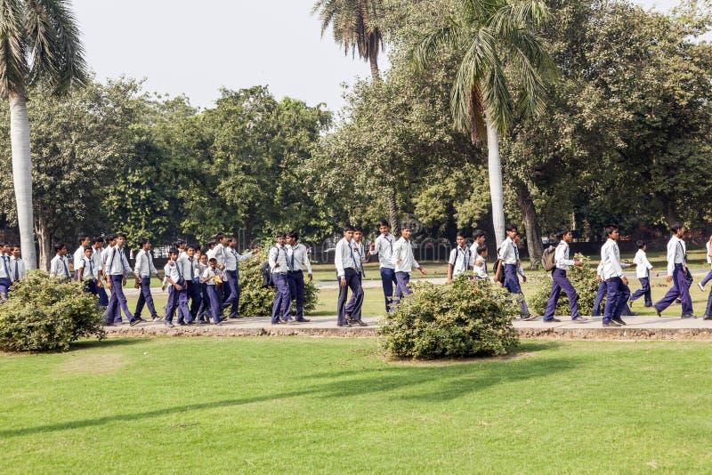 Allievi indiani ed il loro insegnante sull'uscita della classe A a Delhi immagine stock