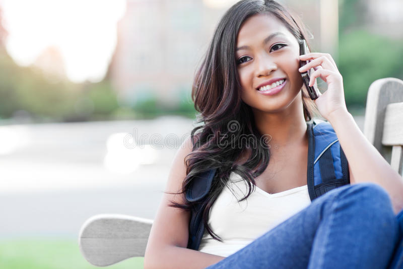 Allievo asiatico sul telefono fotografie stock libere da diritti
