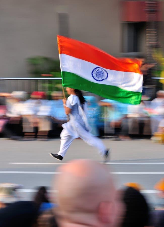 Allievo che funziona con la bandierina indiana fotografia stock libera da diritti