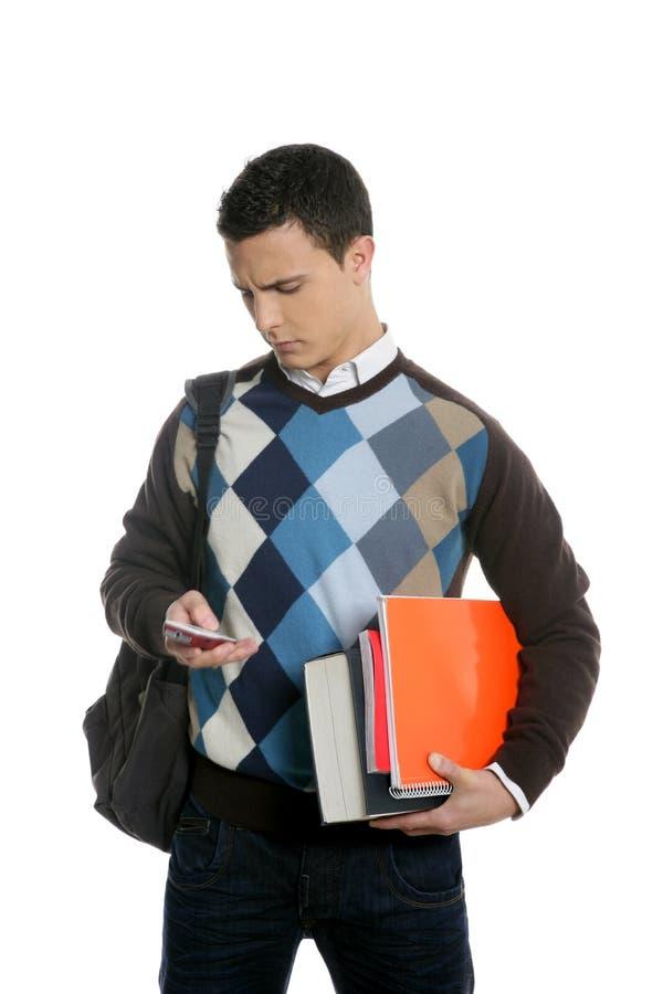 Allievo con il banco andante del sacchetto, del telefono e dei libri immagini stock libere da diritti