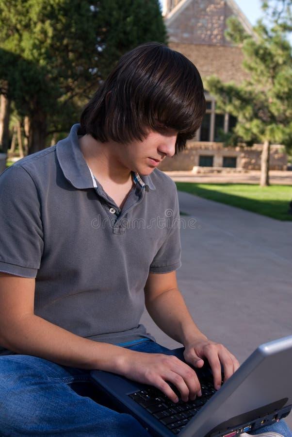 Allievo con un computer portatile immagini stock libere da diritti