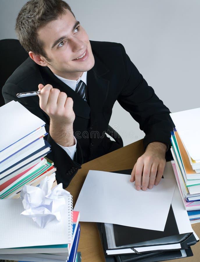Allievo o scrittura dell'uomo d'affari qualcosa sul documento in bianco immagine stock libera da diritti