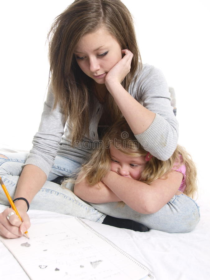 Allievo teenager con la giovane sorella fotografia stock libera da diritti