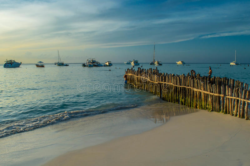 Allineamento degli yacht per il tramonto immagine stock libera da diritti