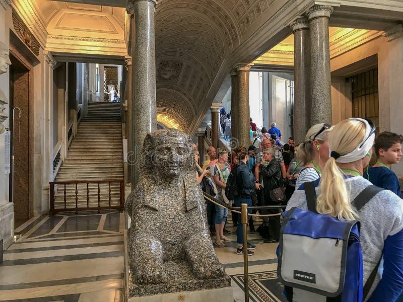 Allineamento dei turisti dentro il Vaticano, Italia fotografia stock libera da diritti