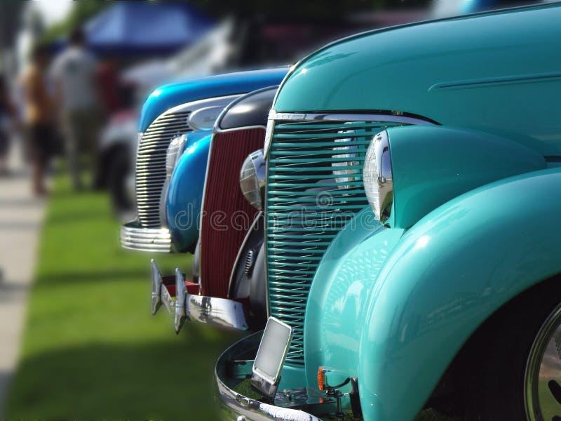 Allineamento delle automobili dell'annata fotografia stock