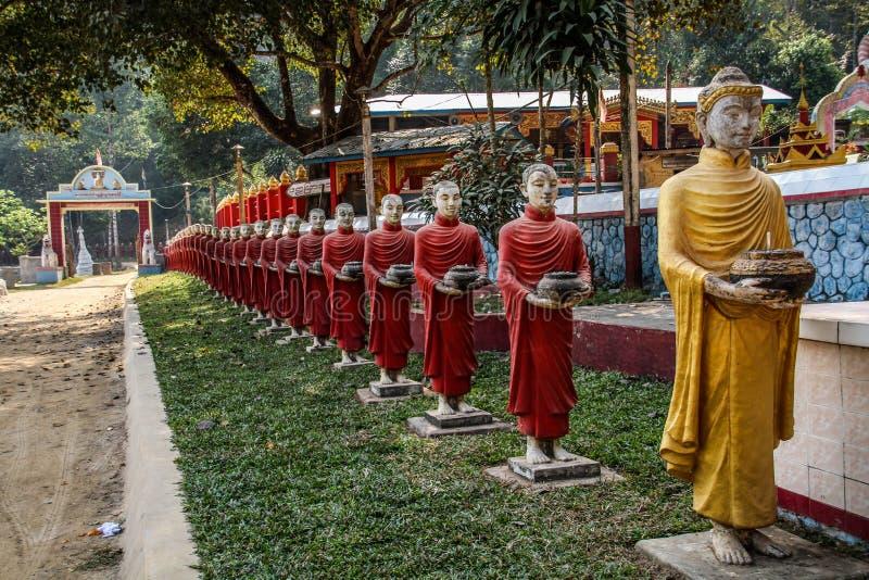 Allineamento delle statue concrete di bhuddists alla caverna di Thawng del Ka di Kaw, Hpa-an, Myanmar fotografia stock