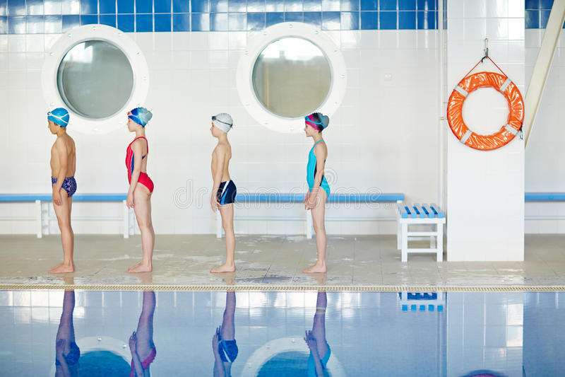 Allineamento per la lezione di nuoto fotografia stock