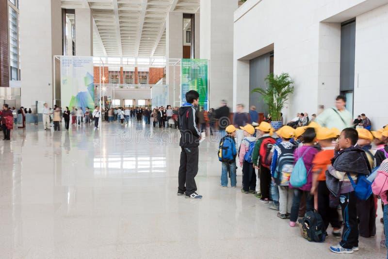 Allineamento primario degli allievi per visitare museo immagine stock libera da diritti